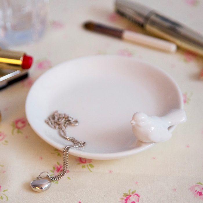 Bel keramični okrogel krožniček s ptičkom